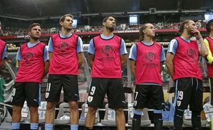 Les remplaçants de l'équipe d'Uruguay lors de l'hymne avant la rencontre face au Mexique, en phase de poule de la Copa America le 6 juin 2016.
