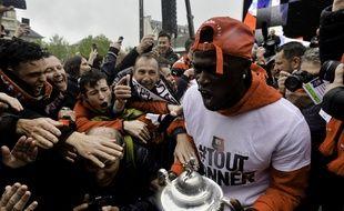 Le joueur du Stade Rennais Mbaye Niang tient dans ses mains la Coupe de France, ici le 30 avril lors du retour à Rennes.