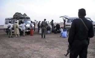 Des déplacés de Diffa fuyant Boko Haram arrivent dans les environs de Zinder au Niger, où ils sont contrôlés par la police locale, le 13 février 2015