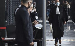 Loïc Cabioch, avocat de Lydie Troadec, devant l'entrée de la salle d'assises, à Nantes.