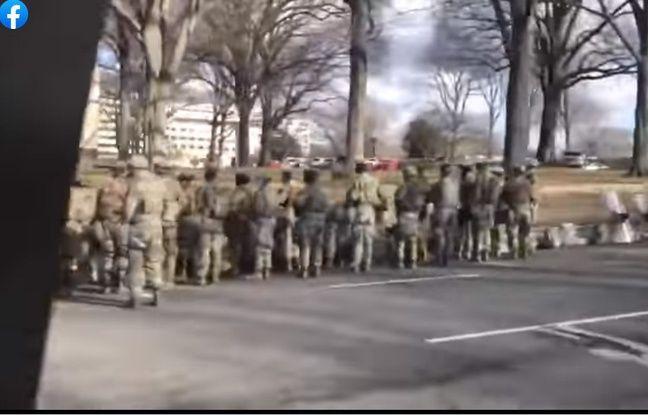 Les soldats de la garde nationale postés le long du cortège présidentiel de Joe Biden, le 20 janvier 2021 à Washington.