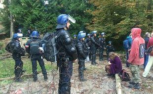 Des opposants au projet autoroutier du Grand contournement Ouest de Strasbourg bloqués par des gendarmes à proximité de la ZAD de Kolbsheim.