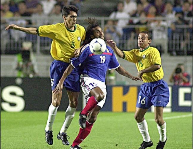 Leomar au duel avec Karembeu, le 9 juin 2001.