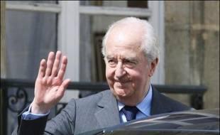Edouard Balladur présidera la commission de réflexion sur les institutions que doit annoncer dans l'après-midi François Fillon, a indiqué mardi l'ancien ministre UMP Henri Cuq, à l'issue de la réunion des députés UMP à laquelle participait le Premier ministre.