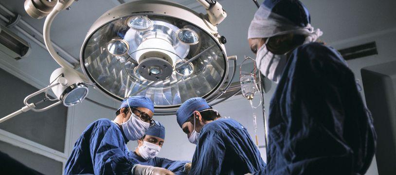 Une compresse a été oubliée par un chirurgien lors d'une opération cardiaque.