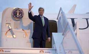 Le secrétaire d'Etat américain John Kerry embarque dans son avion de l'U.S. Air Force, à l'aéroport d'Orly, le 16 octobre 2014.