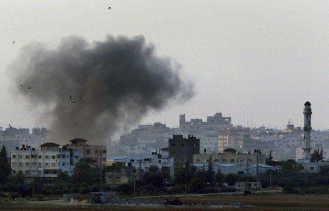 De la fumée s'élève du centre de Gaza après un bombardement israélien, le 19 novembre 2012.