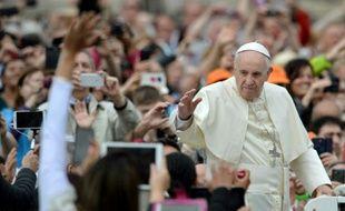 Le pape François salue la foule place Saint-Pierre au Vatican, le 11 mai 2016