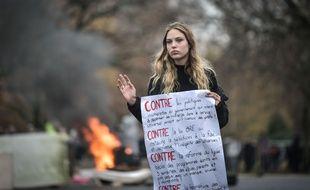 Une lycéenne à Pau qui manifeste contre les réformes dans l'éducation.Crédit:QUENTIN TOP/SIPA