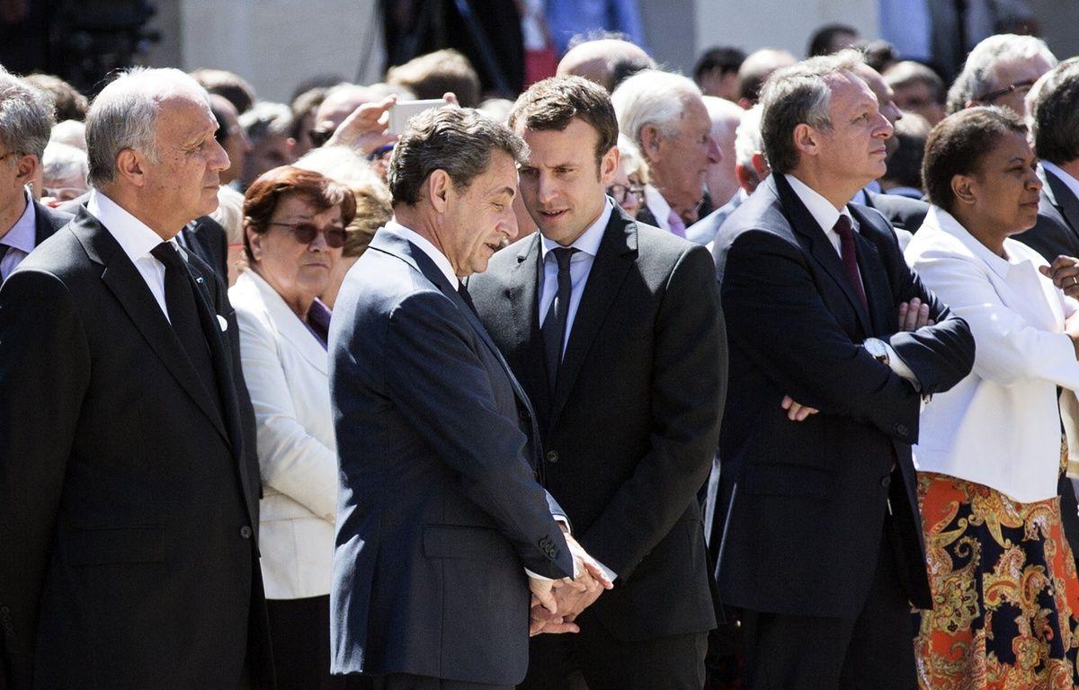 Nicolas Sarkozy en pleine discussion avec Emmanuel Macron durant la cérémonie d'hommage à Michel Rocard, à l'Hôtel des Invalides, le 7 juillet 2016. – ETIENNE LAURENT / POOL / AFP