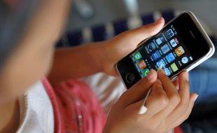 La majorité des enfants de moins de 12 ans est habituée à utiliser les smartphones, tablettes et ordinateurs présents à la maison, un usage accueilli plutôt favorablement par les parents.