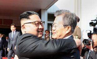 Le prédisent sud-coréen, Moon Jae-in (D), et son homologue nord-coréen, Kim Jong-un s'étreignent lors de leur seconde rencontre à Panmunjom, à la frontière des deux Corée, le 26 mai 2018.