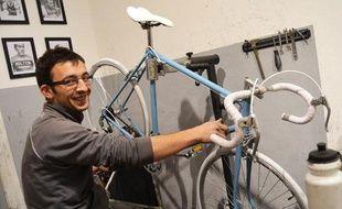Antoine Serny, 32 ans, répare de vieux modèles de vélos.