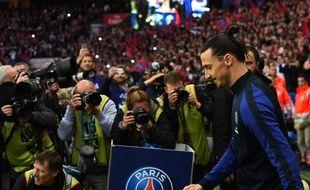 Zlatan Ibrahimovic entre sur la pelouse du Parc pour son dernier match en Ligue 1 avec le PSG, le 14 mai 2016.