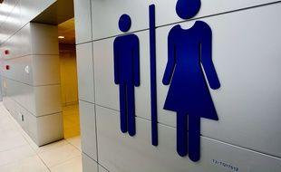 Un panneau à l'entrée de toilettes.