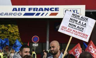 Des salariés d'Air France manifestent contre la garde à vue de six d'entre eux, le 12 octobre 2015 à Roissy-en-France