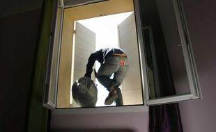 Le malfaiteur s'est introduit dans la maison par fenêtre.