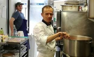 Saïd, réfugié afghan de 25 ans, a concocté les plats servis ce jeudi aux Grands Gamins, à Rennes.