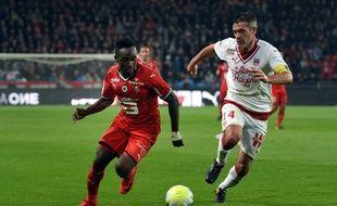 Jérémy Toulalan, ici à la poursuite de Firmin Mubele, a marqué contre son camp à Rennes.