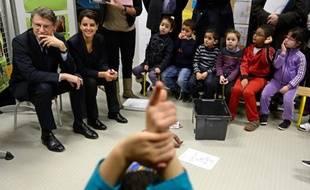 """""""La danse est-elle réservée aux filles ? Une femme peut-elle être maçon ?"""": Vincent Peillon et Najat Vallaud-Belkacem ont présenté lundi à des écoliers un projet d'apprentissage de l'égalité homme-femme qu'ils souhaitent généraliser."""
