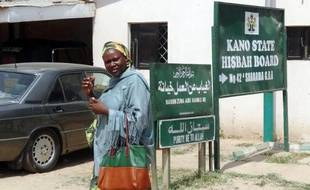 Une femme passe devant les bureaux de la Hisbah, police des moeurs, le 28 octobre 2013 à Kano