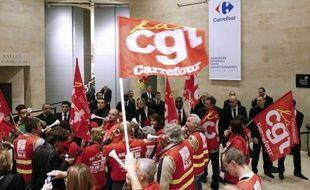 """Les syndicats CGT et CFDT de Carrefour se sont invités lundi à Paris à l'assemblée générale des actionnaires du groupe français de distribution pour faire part de leurs inquiétudes et dénoncer le """"démantèlement progressif du groupe au seul profit des actionnaires""""."""