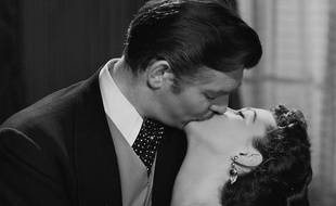 """Rhett Butler et Scarlette O'Hara s'embrassent goulûment dans le film """"Autant en emporte le vent"""", sorti en 1939."""