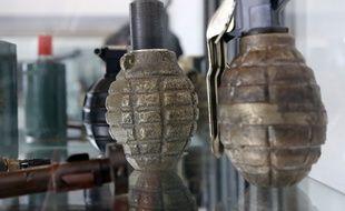 Des grenades dans un centre de déminage. Illustration.