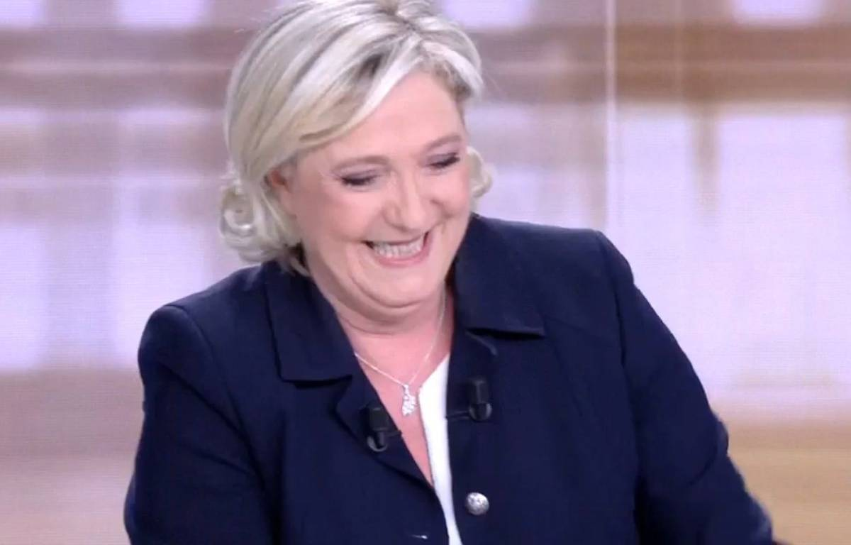 Marine Le Pen en pleine euphorie sur le plateau de France 2 lors du débat d'entre-deux tours.  – capture d'écran