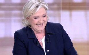 Marine Le Pen en pleine euphorie sur le plateau de France 2 lors du débat d'entre-deux tours.
