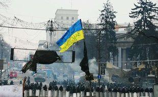 Des forces de sécurité observent à distance des manifestants à Kiev (Ukraine) le 28 janvier 2014.