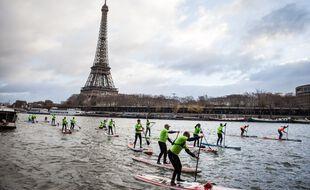 Une séance de paddle nautique à Paris, en décembre 2018.