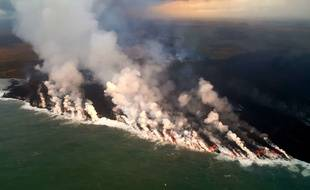 La lave s'écoule du volcan Kilauea à Hawaï.