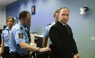 Mannequin de démonstration et photos à l'appui, le tribunal d'Oslo a entendu vendredi les premiers rapports d'autopsie des 69 victimes de la tuerie d'Utoeya, une audience qui a fait couler beaucoup de larmes, mais laissé de marbre l'auteur du carnage, Anders Behring Breivik.