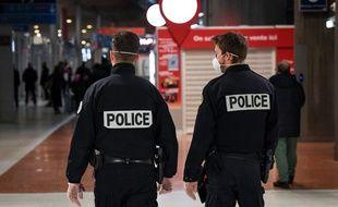 Des policiers masqués à l'aéroport de Roissy