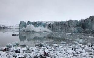 En Islande, un glacier s'effondre devant des touristes.