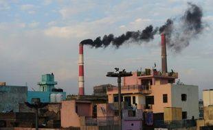 De la fumée s'échappe des cheminées d'une centrale thermique à New Delhi, le 20 mars 2015 en Inde