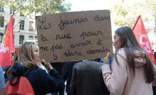 Des jeunes manifestent contre la réforme du Code du travail d'Emmanuel macron, le 21 septembre 2017 à Lyon.