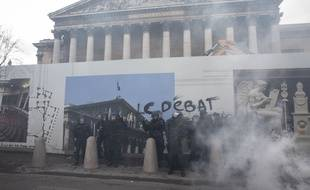 L'acte XIII des gilets jaunes a rassemblé des milliers de personnes à Paris. Près de l'assemblee nationale, des affrontements ont éclaté.