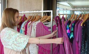 L'actrice Ana Girardot  fait son choix dans un «showroom» lors du 63e Festival du Film, à Cannes, le 21 mai 2010.