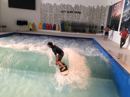 OL Vallée héberge la plus grande vague de surf indoor d'Europe.