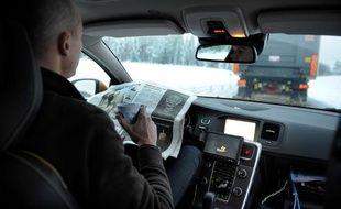 Cette voiture de Volvo se conduit toute seule, grâce au camion devant elle.