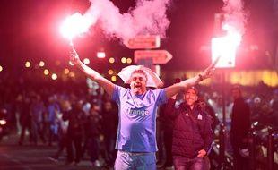 Un supporter de l'OM fête la qualification du club en finale de l'Europa League