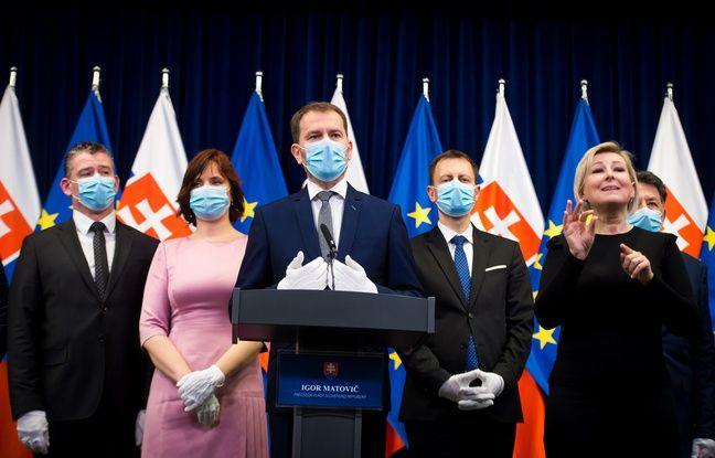 Le gouvernement de la coalition quadripartite de centre-droit du nouveau Premier ministre slovaque Igor Matovic après sa prestation de serment, à Bratislava le 21 mars 2020.
