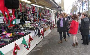 Le marché de Noël des Champs-Elysées est sous le feu des critiques cette année. Eric Azière, président du groupe UDF au Conseil de Paris, regrette notamment l'abondance des produits fabriqués en Chine sur les étals.