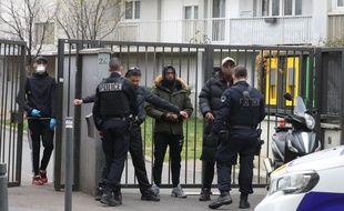 Des policiers de la CSI 93 contrôlant des jeunes en avril 2020
