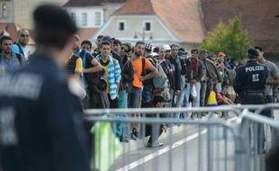 Des migrants et réfugiés attendent de traverser la frontière entre la Slovénie et l'Autriche, le 21 septembre 2015 à Gornja Radgona, en Slovénie