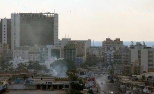 De la fumée s'échappe de batiments officiels à Benghazi en proie à d'intenses combats, le 3 novembre 2014
