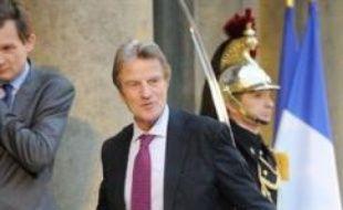 Le chef de la diplomatie française, Bernard Kouchner, sera ce week-end au Tchad pour assister dimanche à la passation de pouvoirs entre la force européenne Eufor déployée au Tchad et en Centrafrique et la Mission de l'ONU (Minurcat), a annoncé vendredi son ministère.