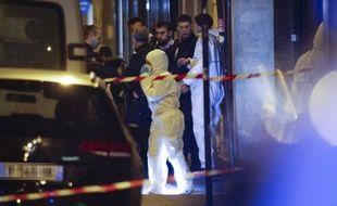 La police scientifique sur les lieux de l'attaque au couteau, à Paris le 12 mai 2018.